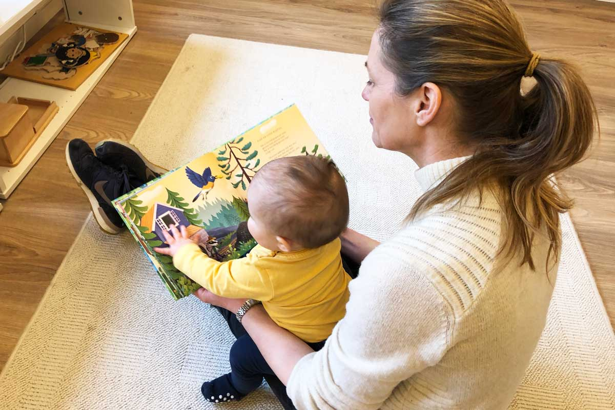 Voksen leser for lite barn