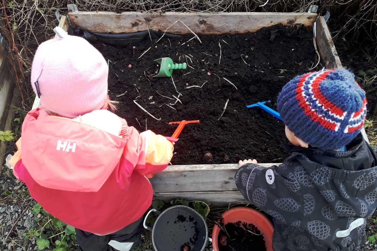 Barn som graver i jorden